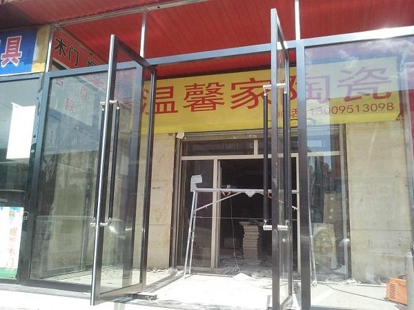 沿街店铺门头前加装的玻璃门