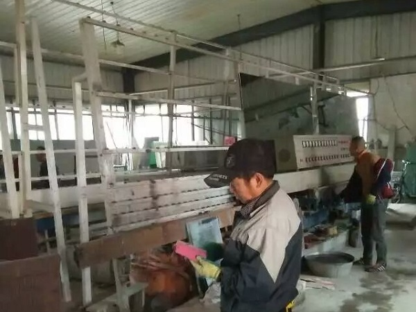 工人检查玻璃打磨工具